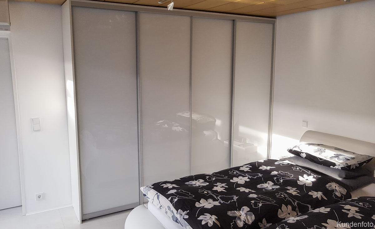 Schiebetürenschrank fürs Schlafzimmer mit weißen Türen