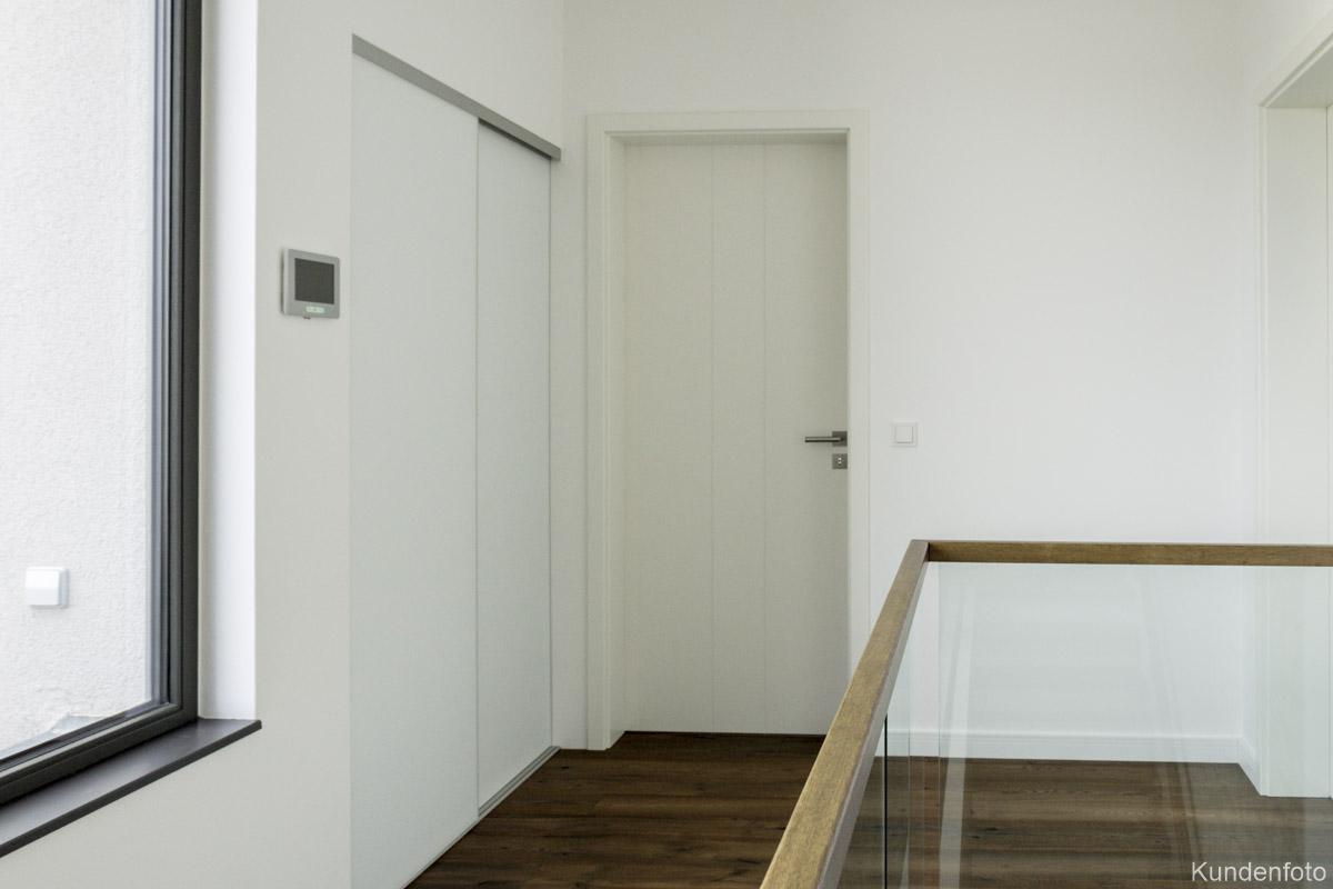 Schiebetürenschrank weiß im Treppenhaus